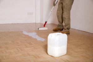 Mitarbeiter von Bavaria Cleaning versiegelt Boden nach Grundreinigung