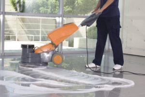 Mitarbeiter von Bavaria Cleaning reinigt Boden im Zuge der Grundreinigung