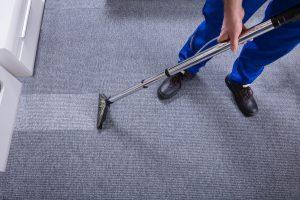 Mitarbeiter von Bavaria Cleaning reinigt im Zuge der Unterhaltsreinigung einen Teppichboden