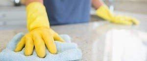 Mitarbeiterin von Bavaria Cleaning wischt Tisch ab