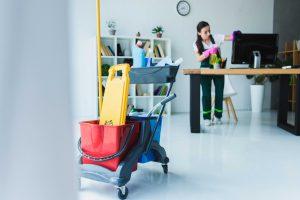Mitarbeiterin von Bavaria Cleaning reinigt Bildschirm im Zuge einer Büroreinigung in München