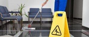 Mitarbeiter von Bavaria Cleaning bei der Unterhaltsreinigung eines Büros