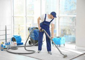 Mann reinigt Teppich